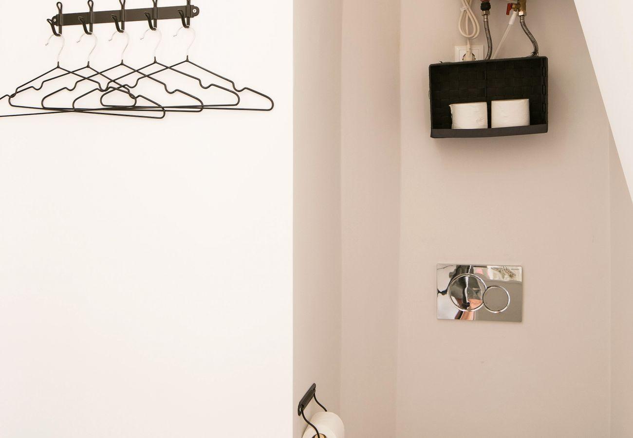 Penderie avec cintre et décoration sur les murs aux couleurs légères