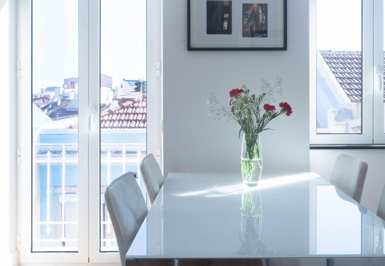 Accès extérieur de la cuisine blanche lumineuse et prestigieuse