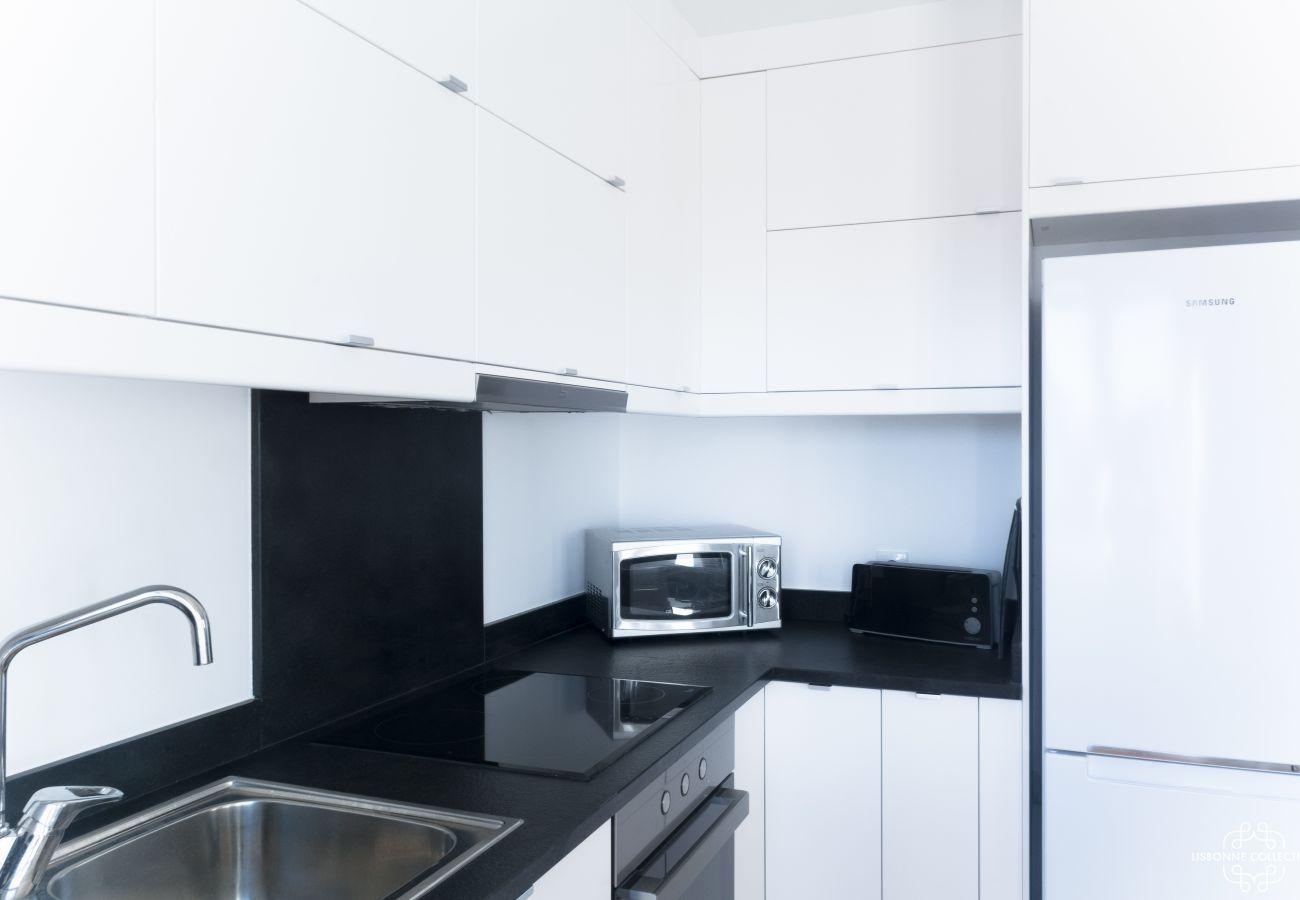 Grande cuisine moderne noir et blanche avec micro-onde