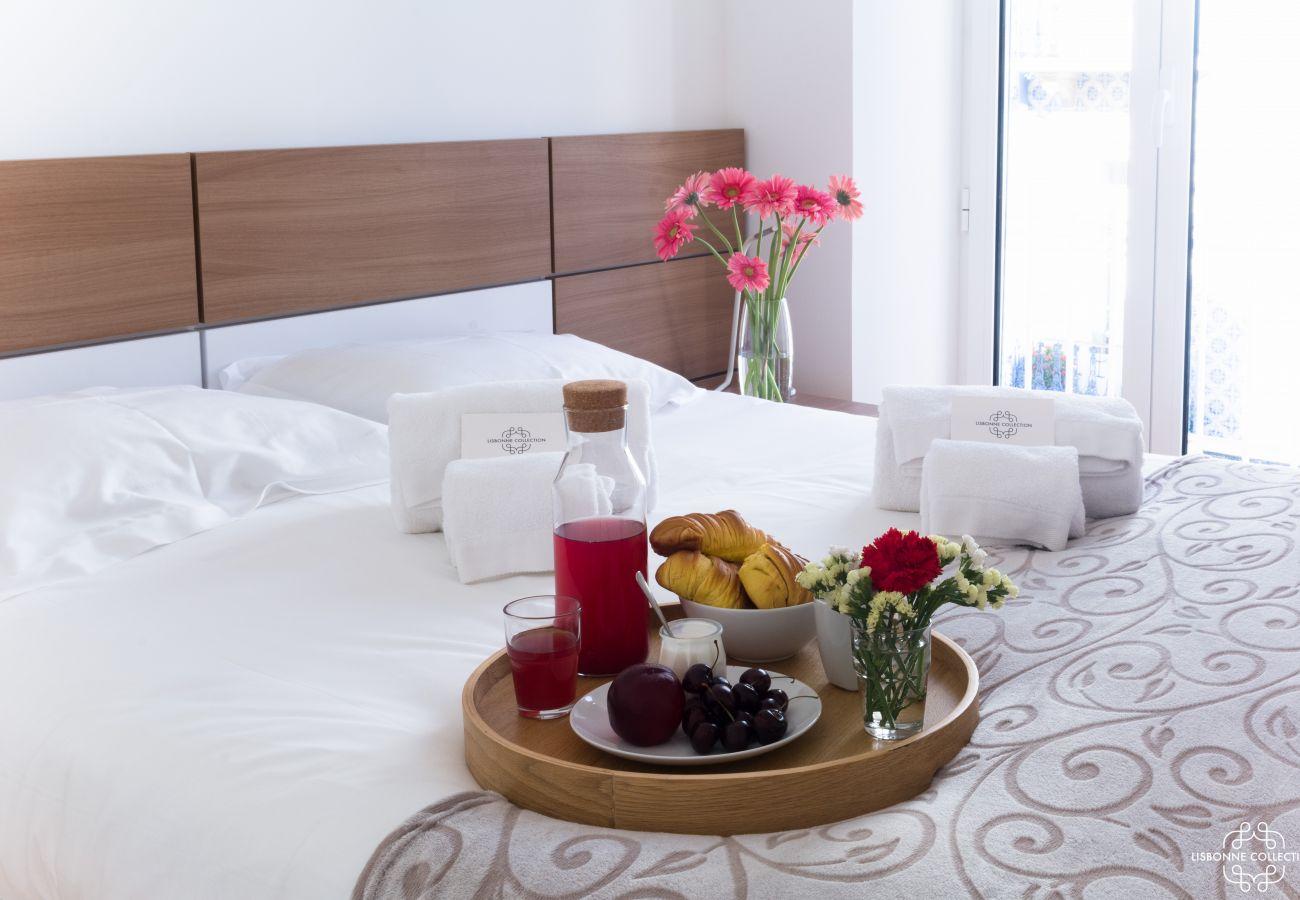 Chambre pour 2 personnes avec petit déjeuné sur le lit prêt à être dégusté