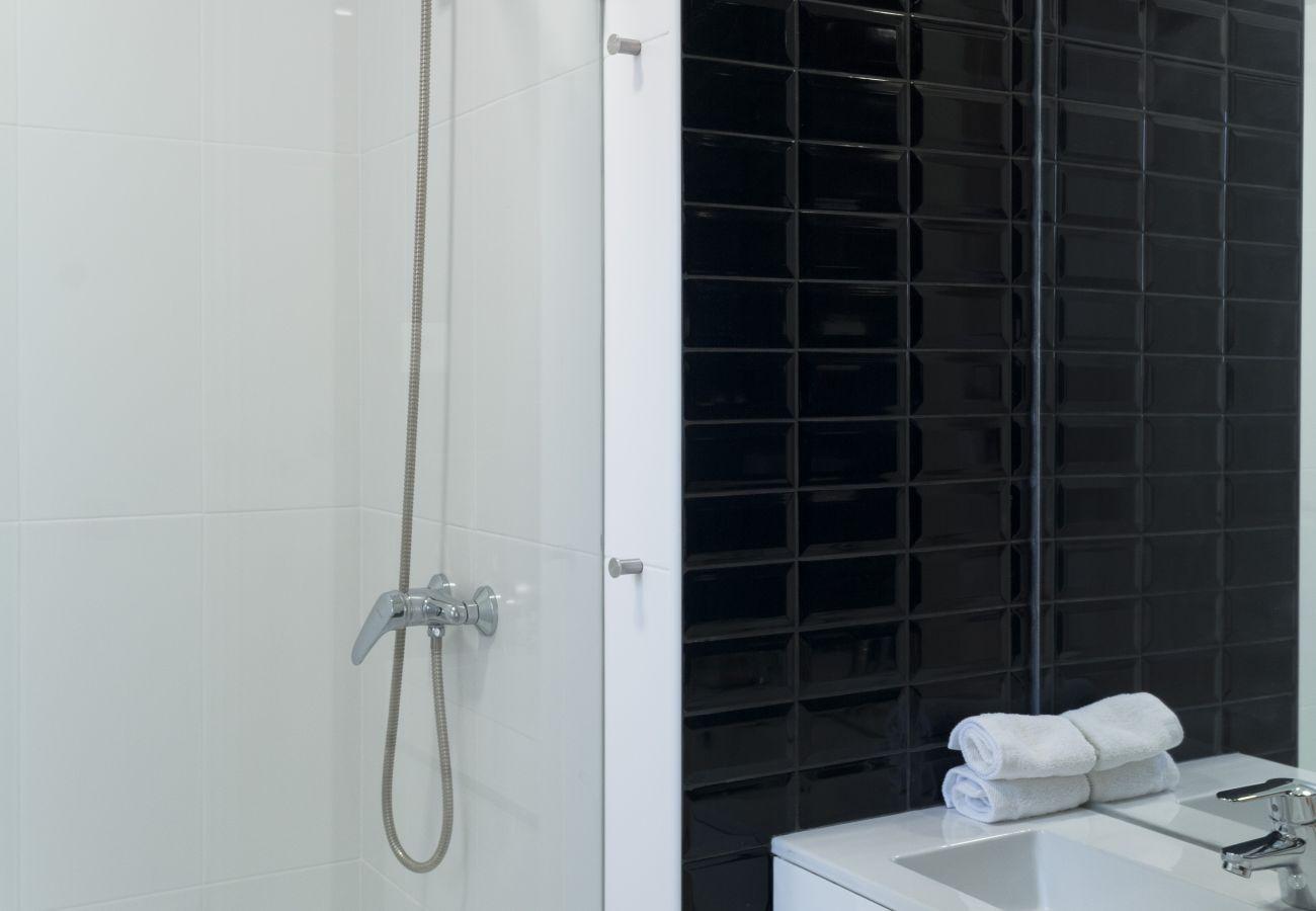 Salle de bain design et moderne contemporaine à louer au coeur de la ville