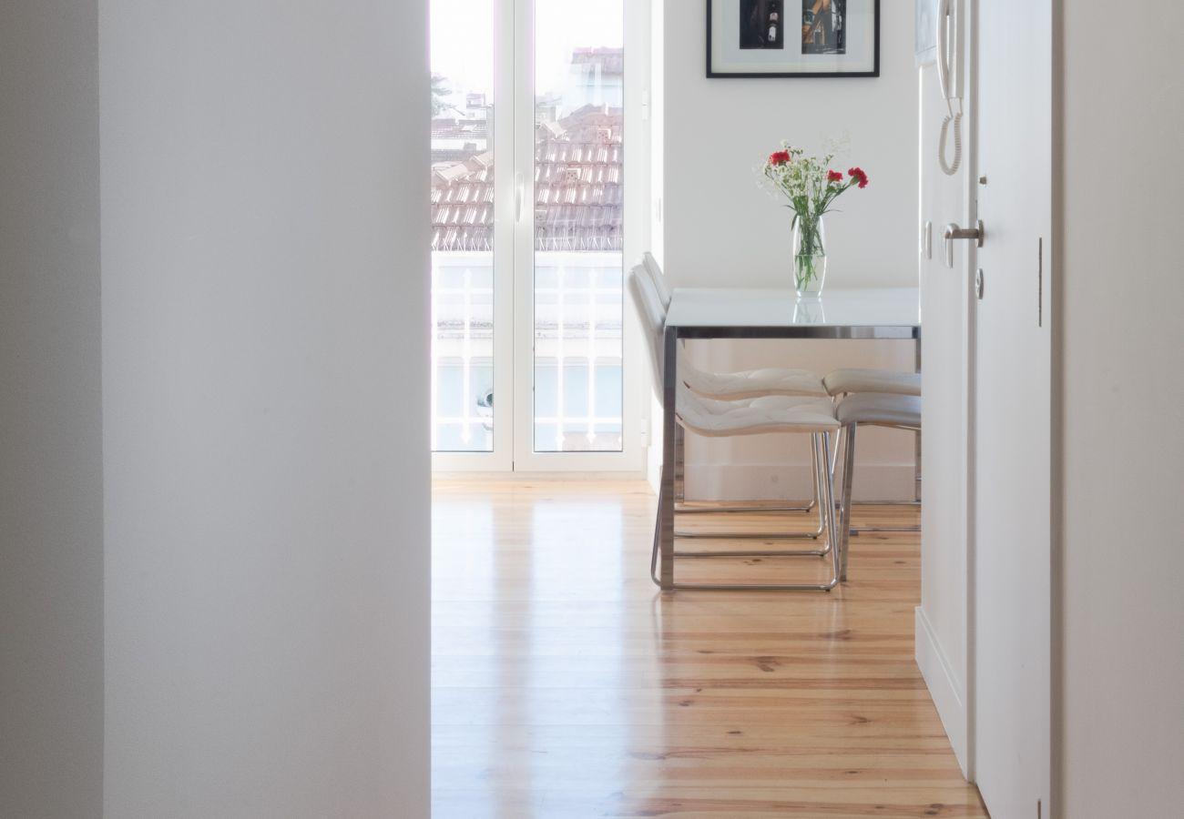 Vue de la chambre par le couloir sur la cuisine
