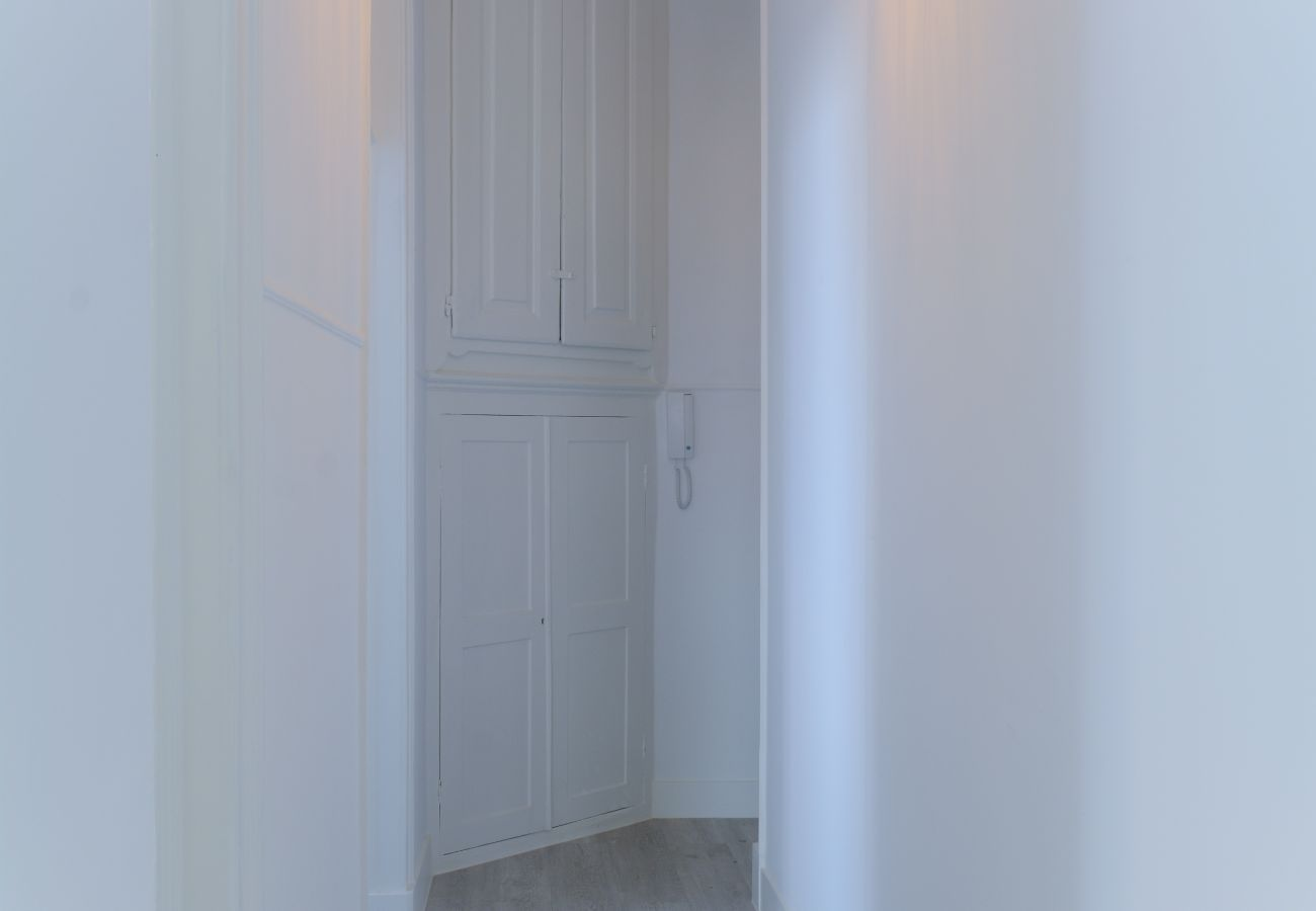 Accès de la chambre au couloir qui donne sur la cuisine