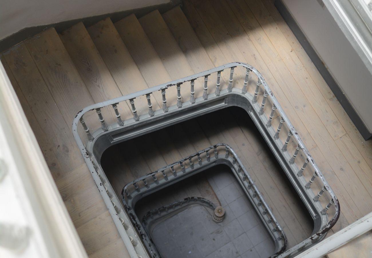 Cage escalier dans un immeuble typique du centre de la capital portugaise