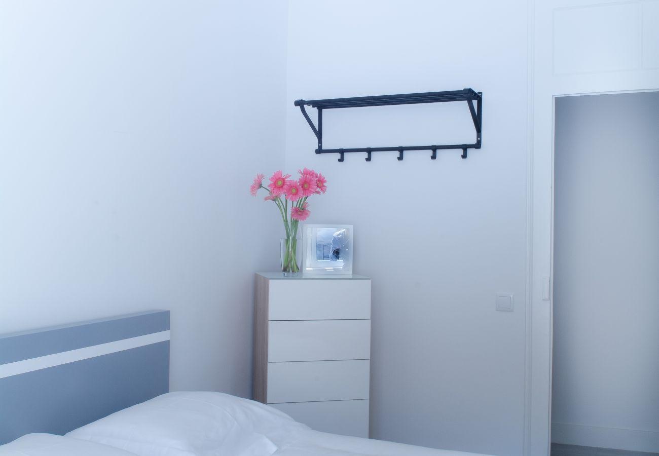 Commode dans chambre en location à Lisbonne au cœur de la ville