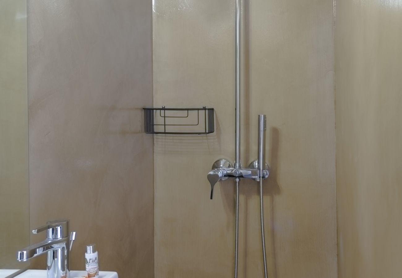 Salle d'eau avec douche moderne et sobre