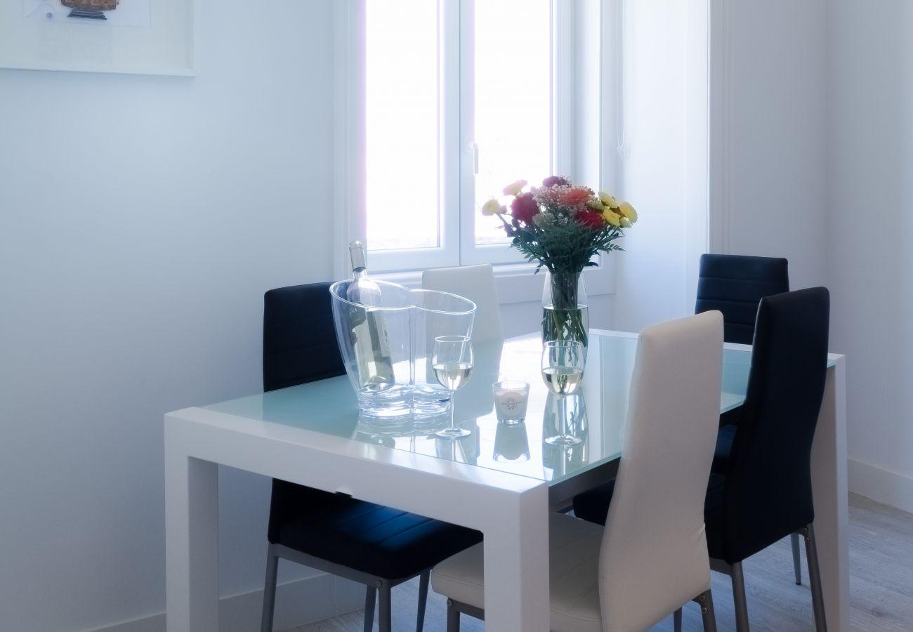 Table pour diner en famille ou entre amis dans un appartement de location à  Lisbonne