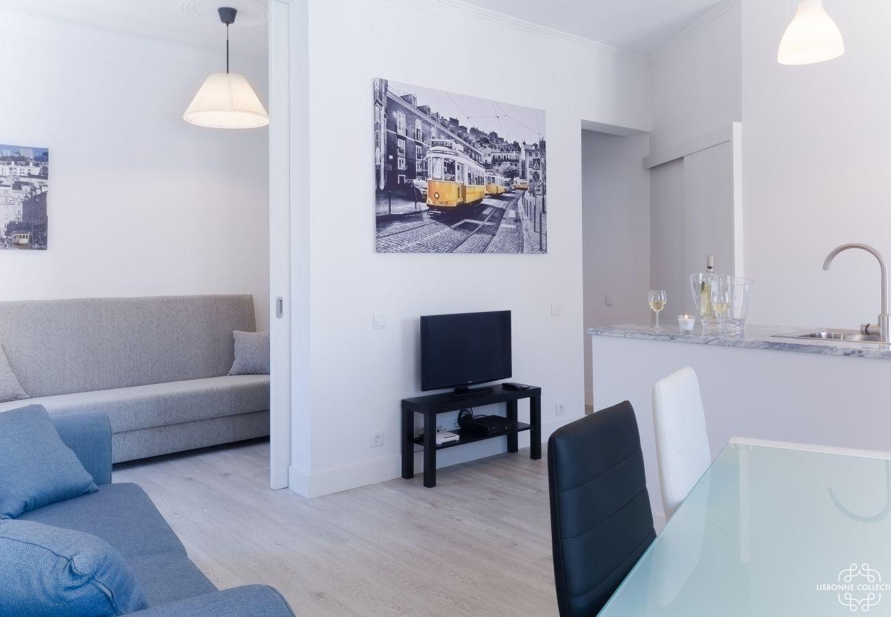 Salon lumineux avec communication sur une des chambres et la cuisine