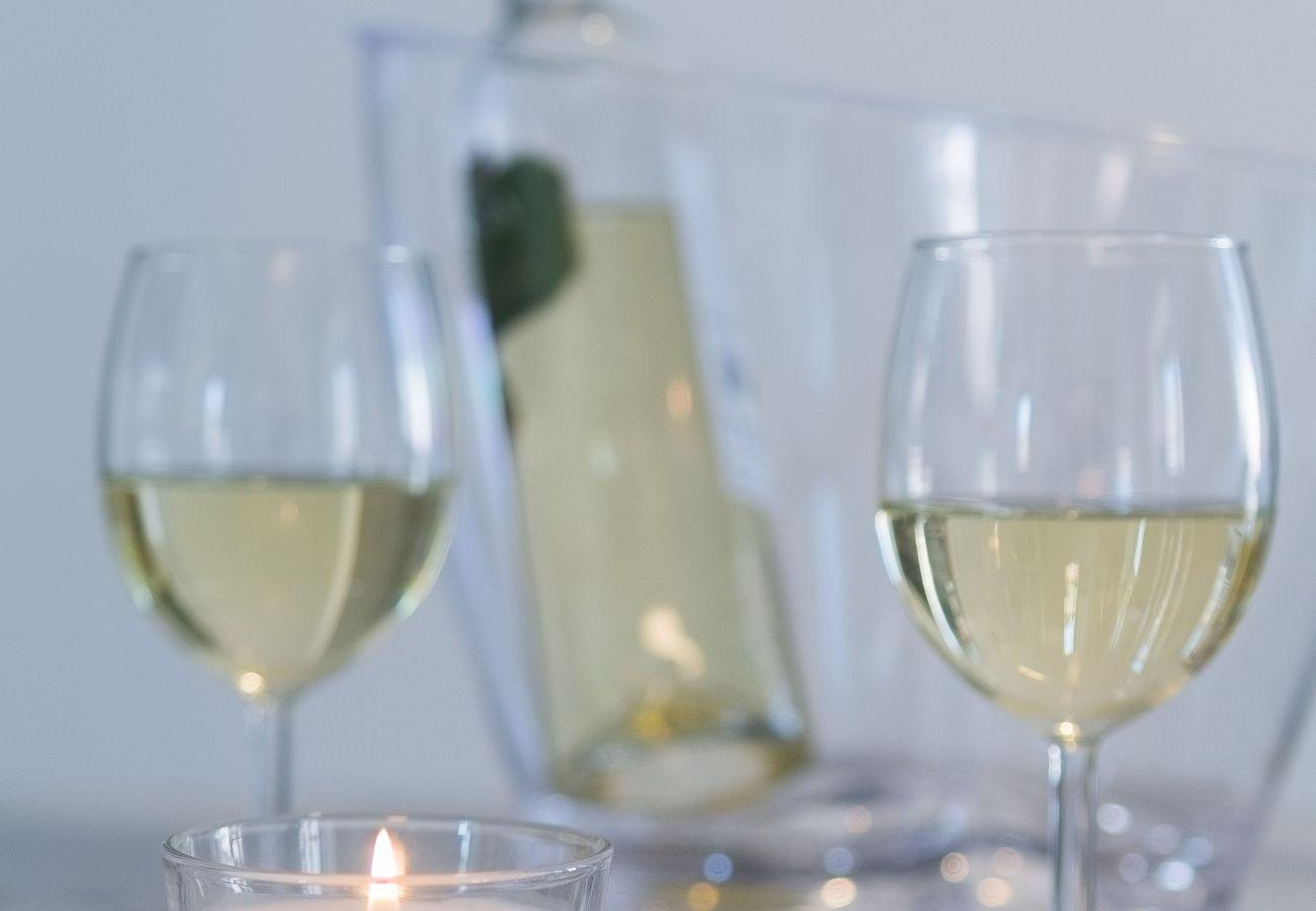 Verre de vin blanc près à déguster dans un appartement à louer