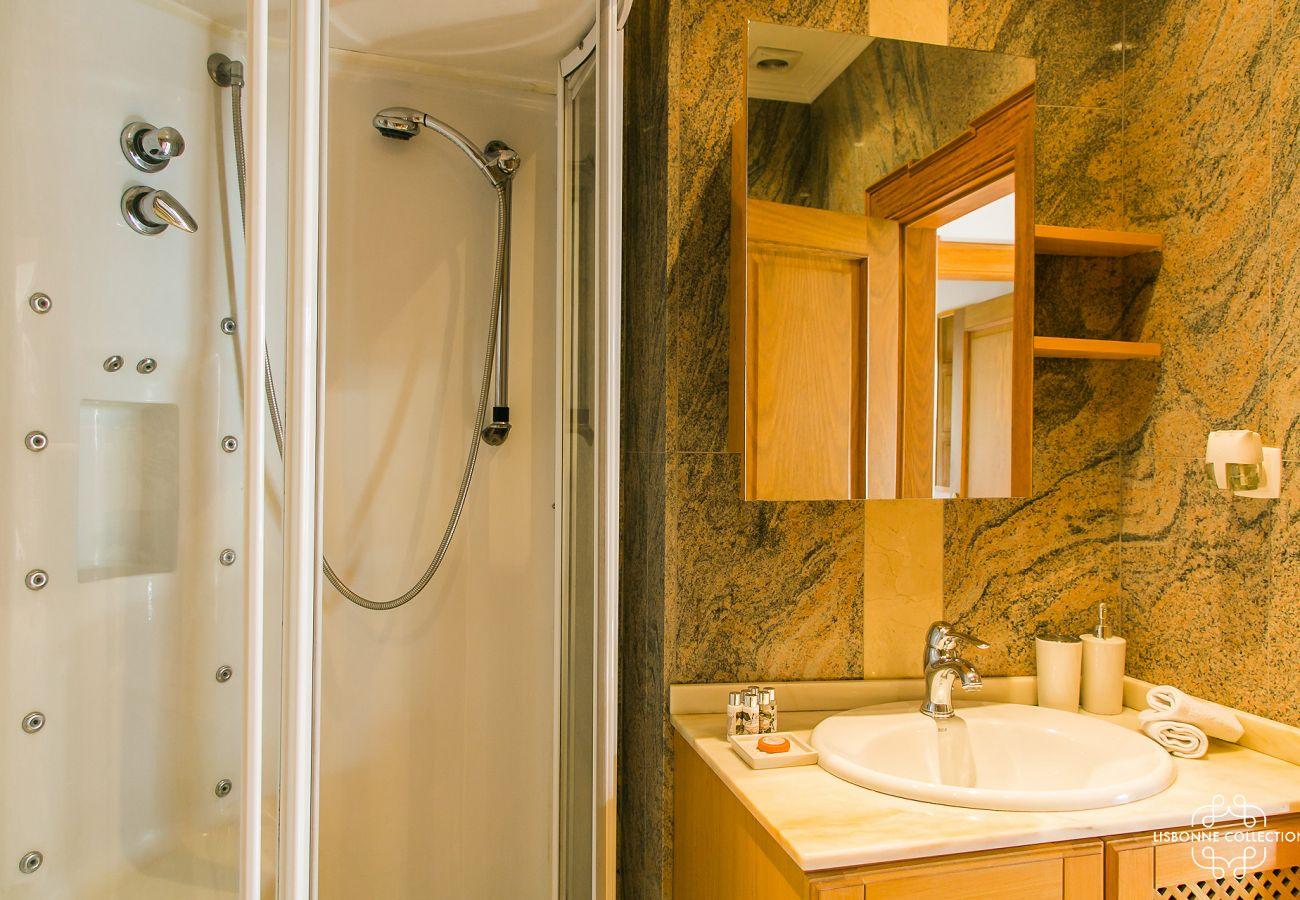 Salle de bain en marbre avec douche de prestige
