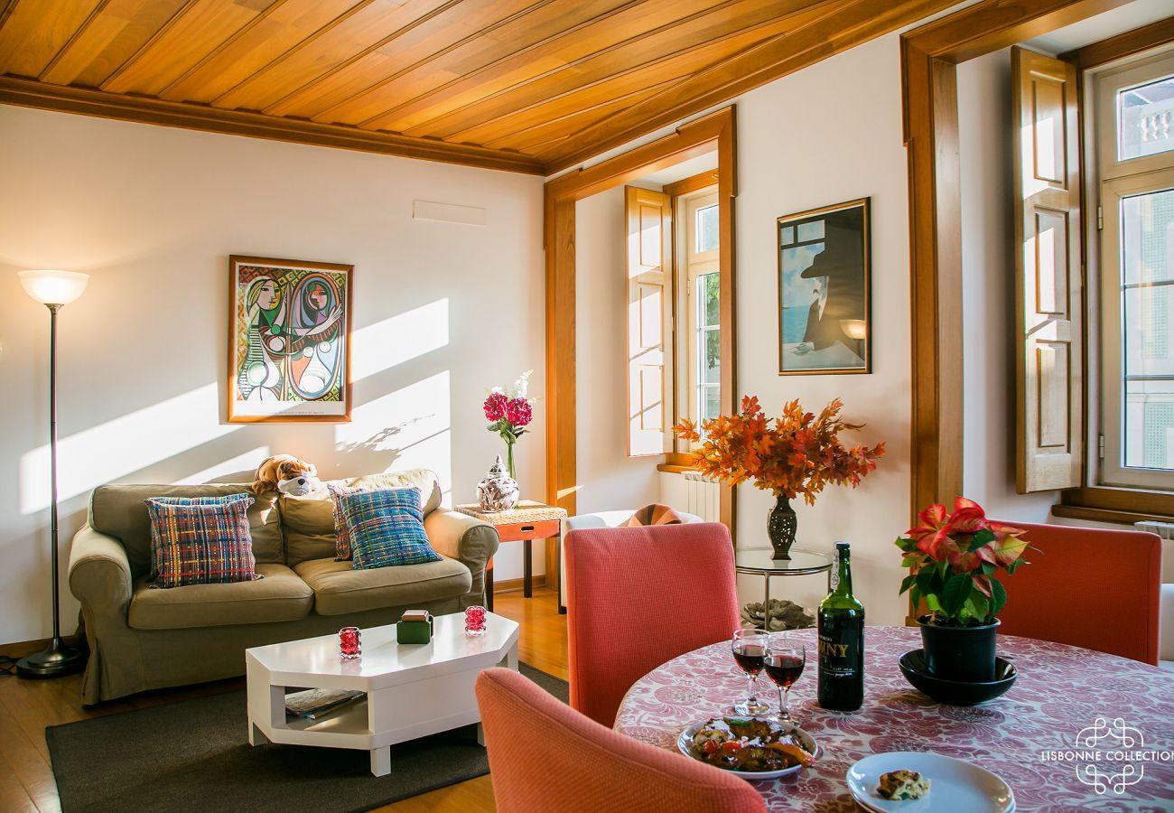 Salon en bois avec un intérieur typique en location