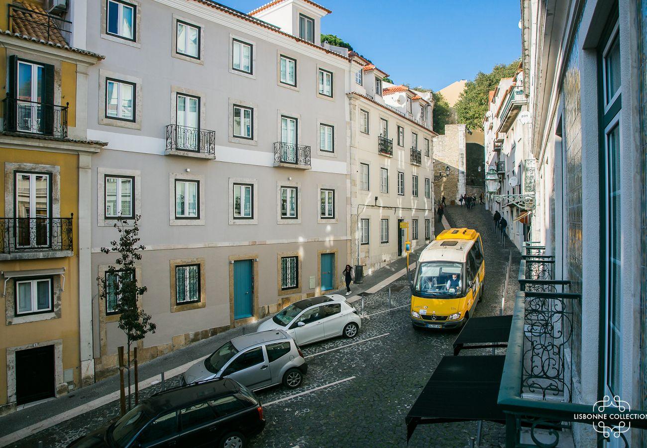 Grande rue menant au château où se trouve l'appartement