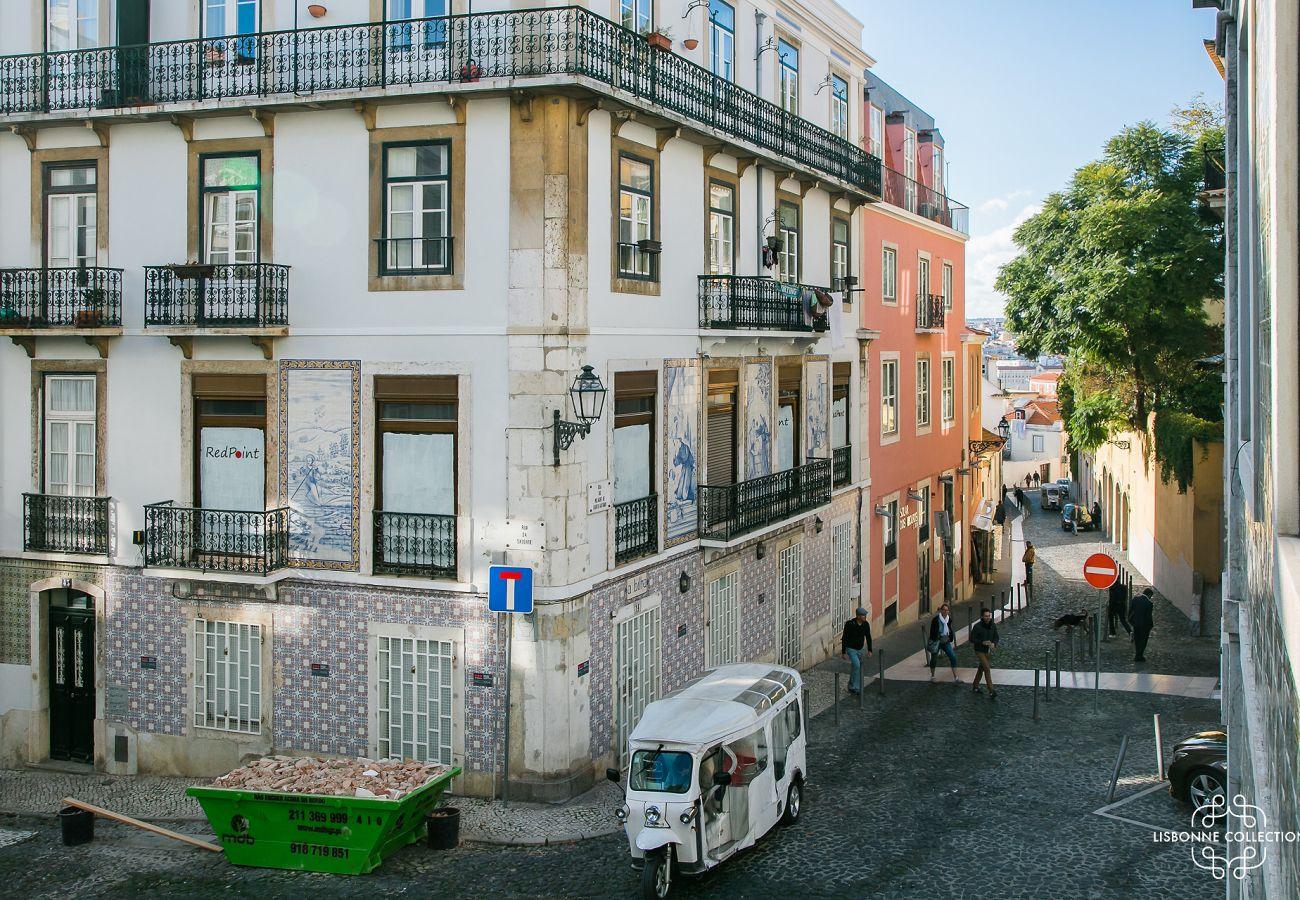 Vue de l'accès extérieur du salon du logement à louer au cœur de la ville