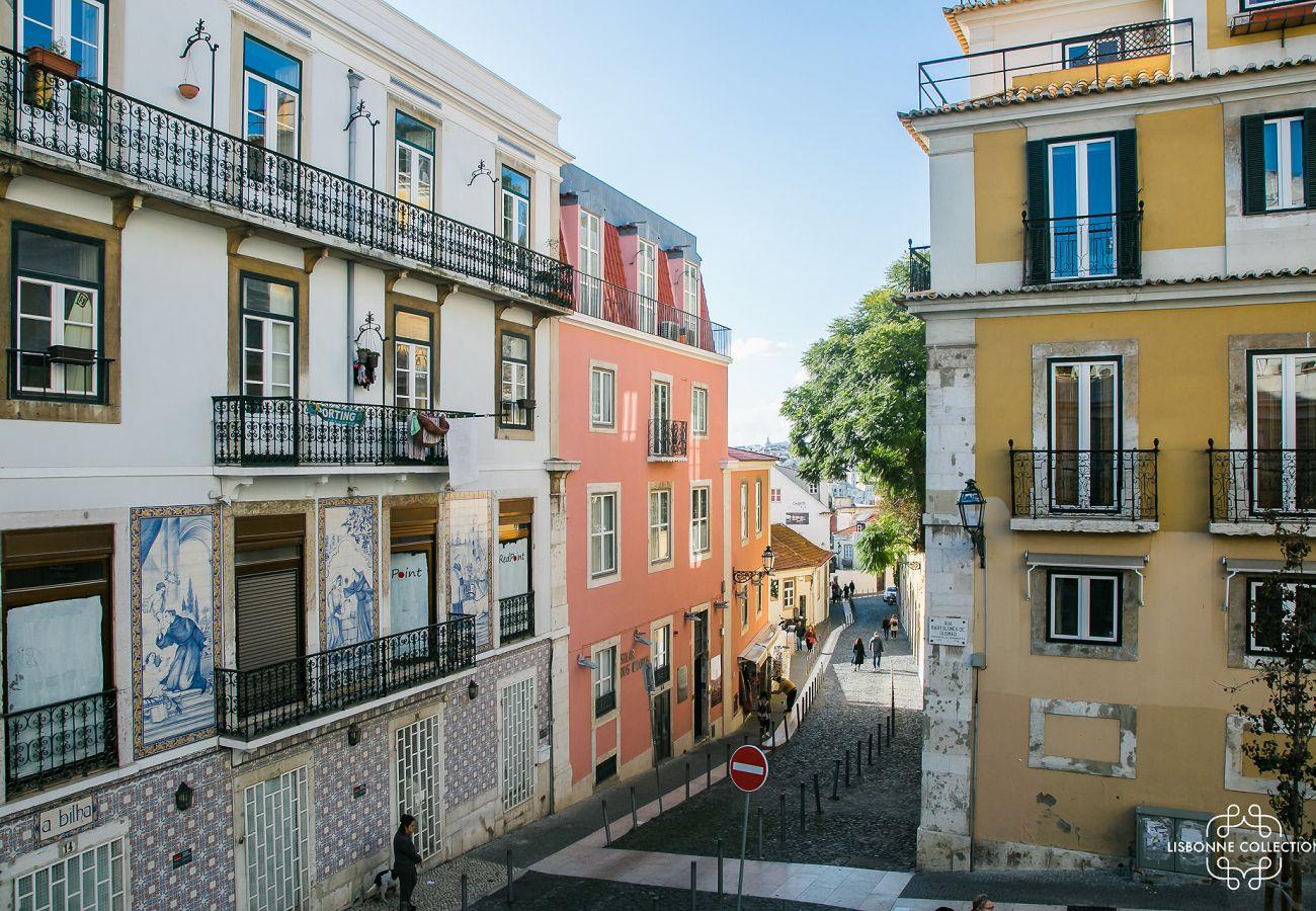 Grande rue menant au château ou se situe de bien proposé à la location touristique