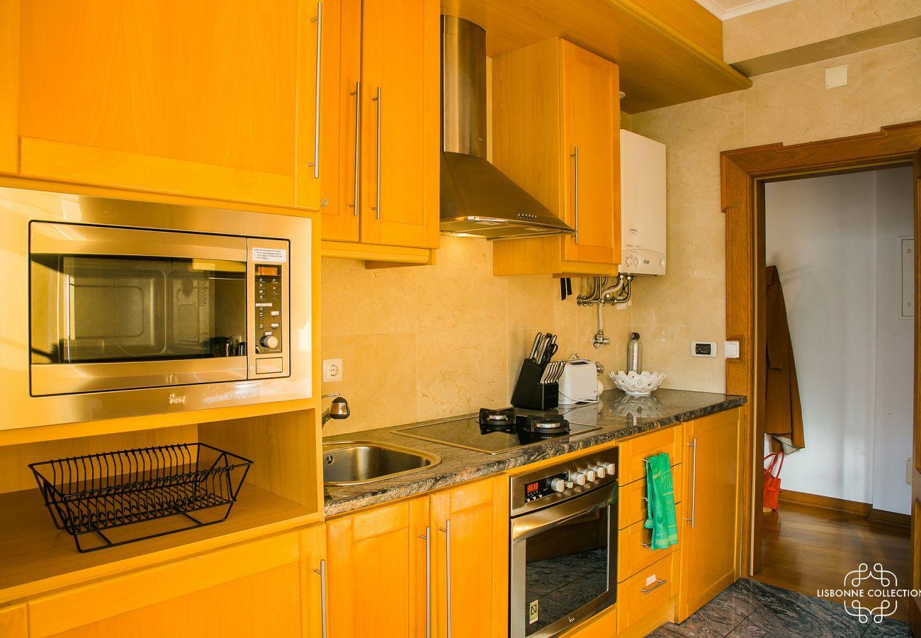 Cuisine spacieuse et toute équipée dans un appartement près du château de Sao Jorge