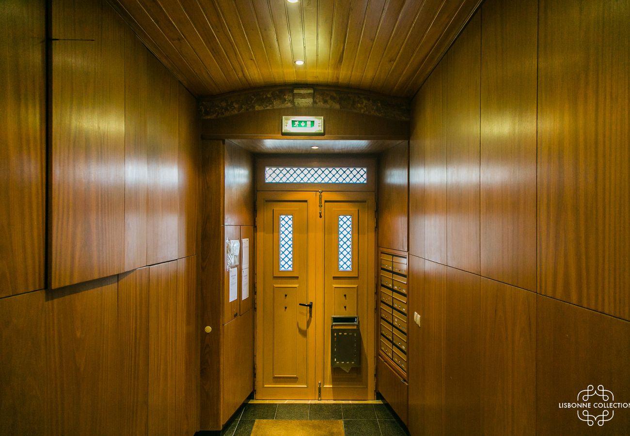 Porte d'entrée de l'immeuble de location avec accès 2 ascenseurs