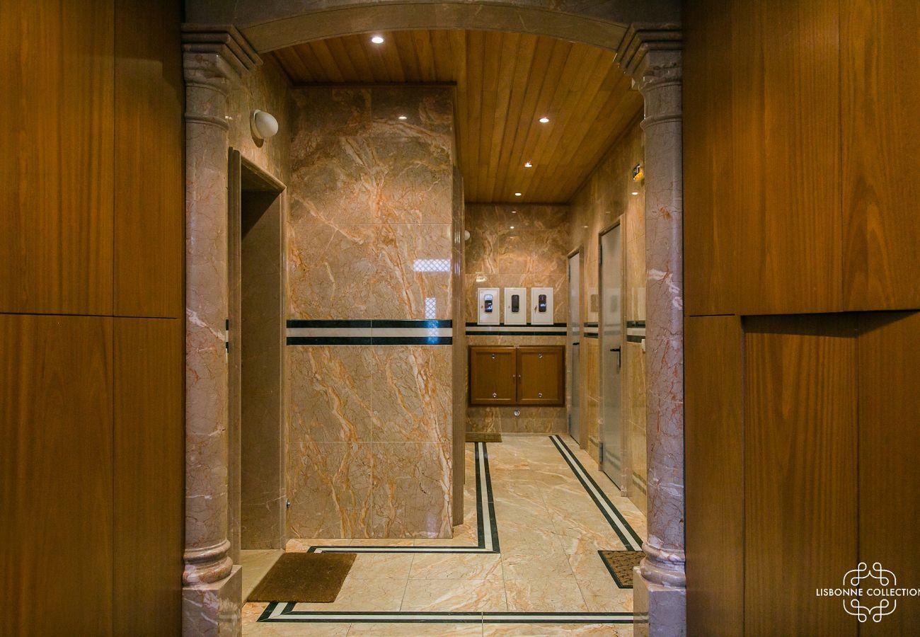 Hall en marbre luxueux et prestigieux de l'appartement mis en location