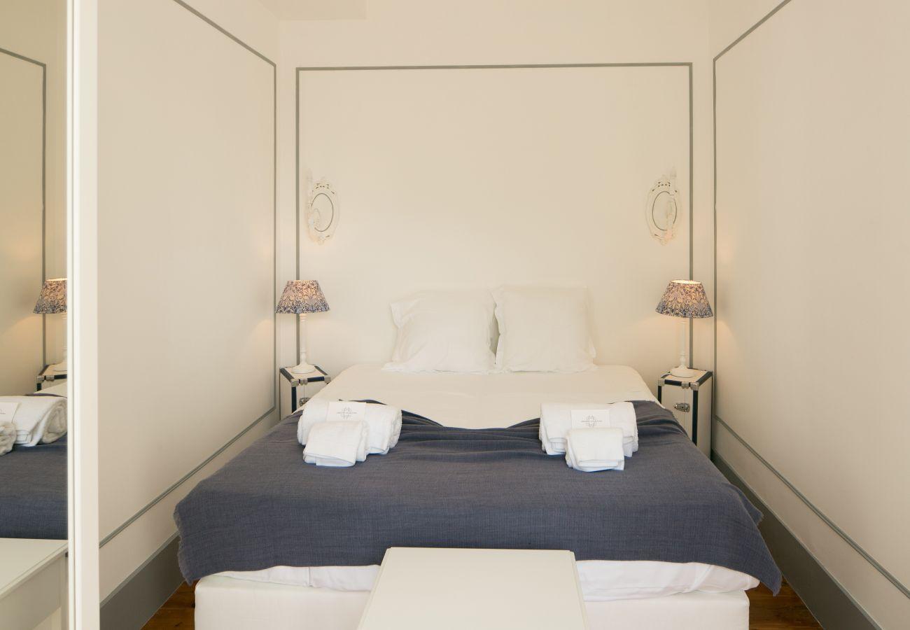 Chambre luxueuse spacieuse et lumineuse donnant sur le salon