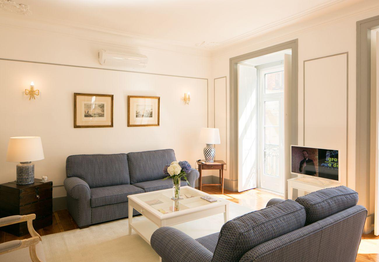 Grand séjour luxueux et moderne avec accès extérieur donnant sur un balcon