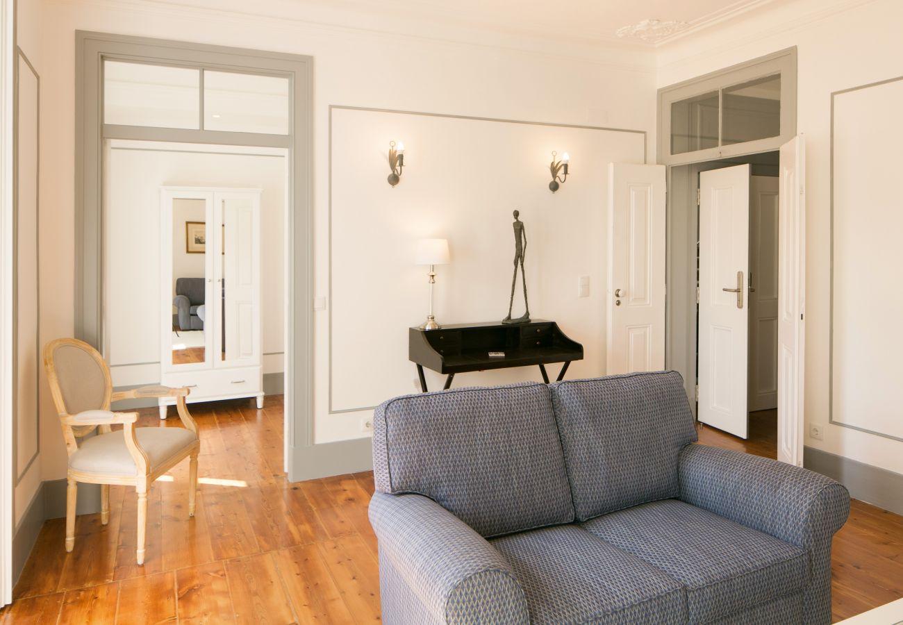 Salon en location avec communication sur cuisine et couloir principale