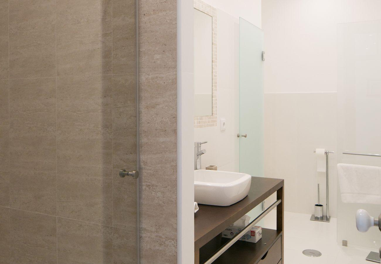 Salle de bain design avec une vasque en céramique et un meuble en bois