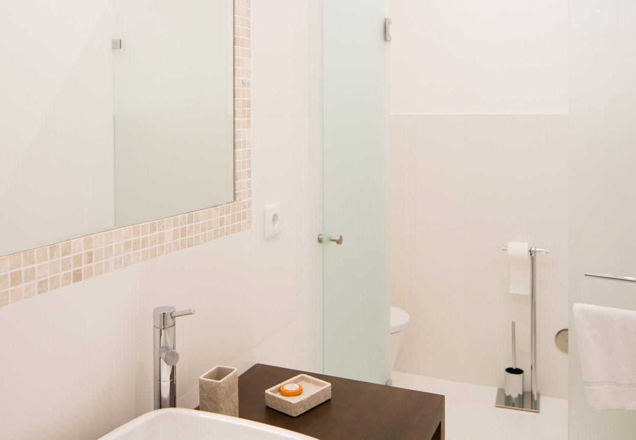 Salle de bain à la décoration contemporaine haut de gamme