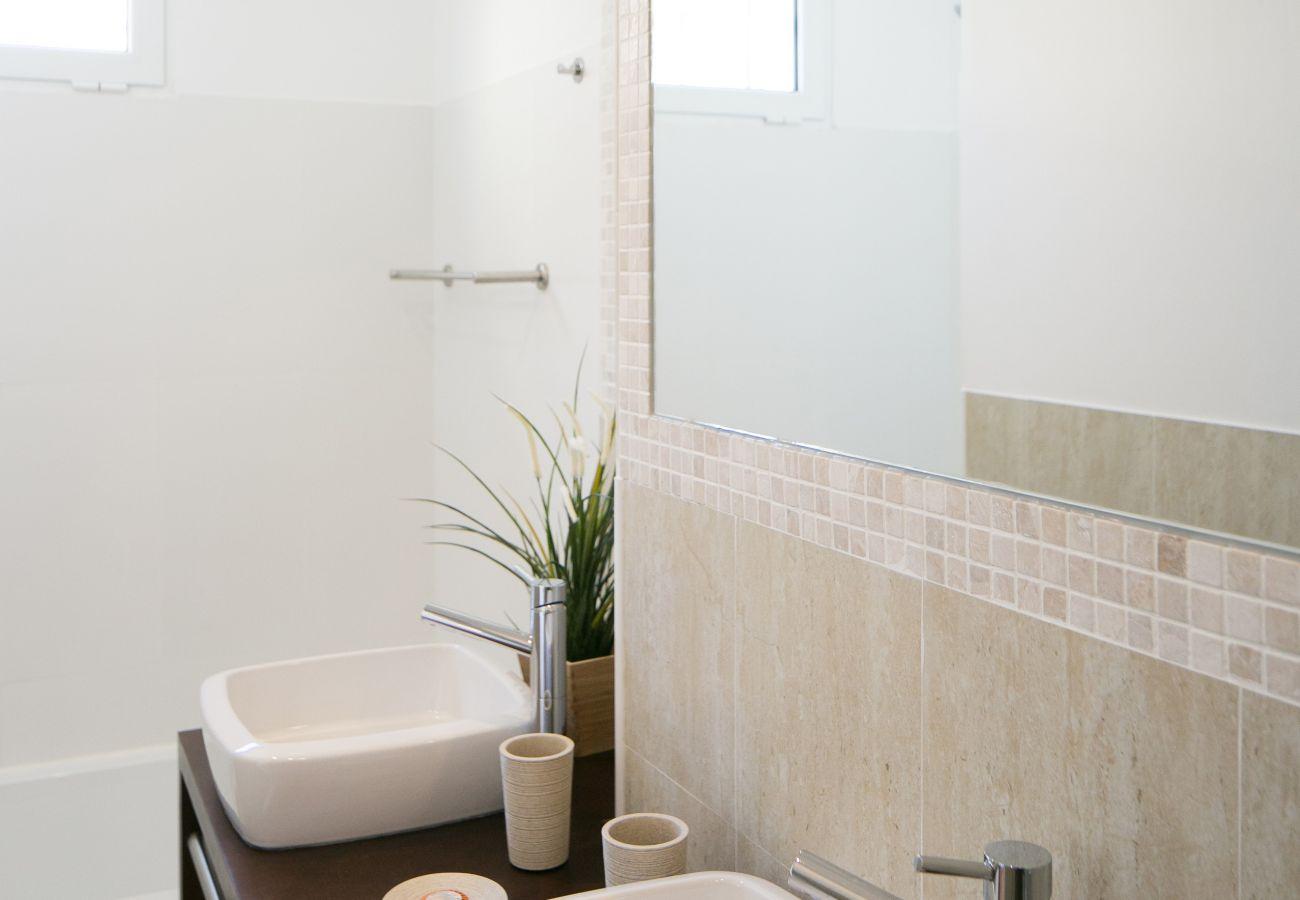 Salle de bain avec baignoire moderne et prestigieuse