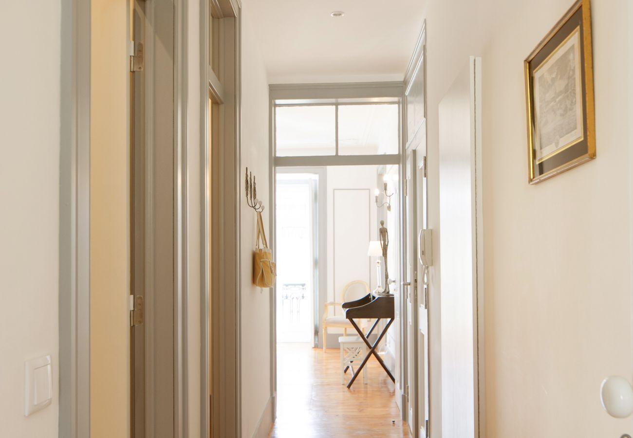 Couloir principal donnant sur salon salle à manger et la chambre