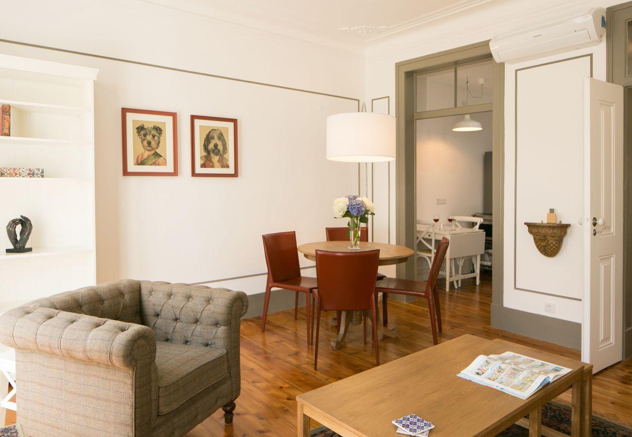 Grand séjour communication avec le couloir, la cuisine et la salle à manger