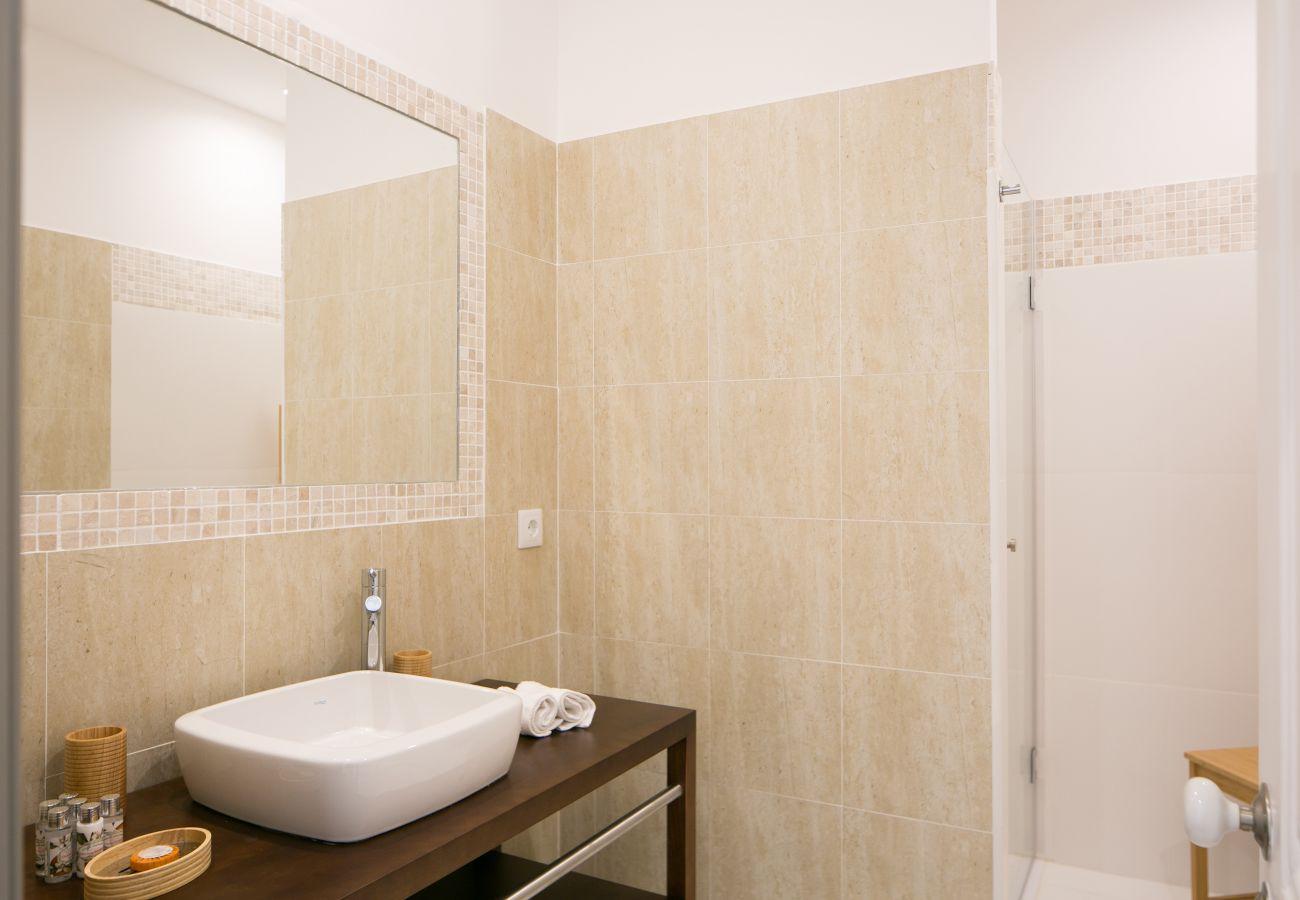 Salle de bain avec vasque meuble en bois et douche