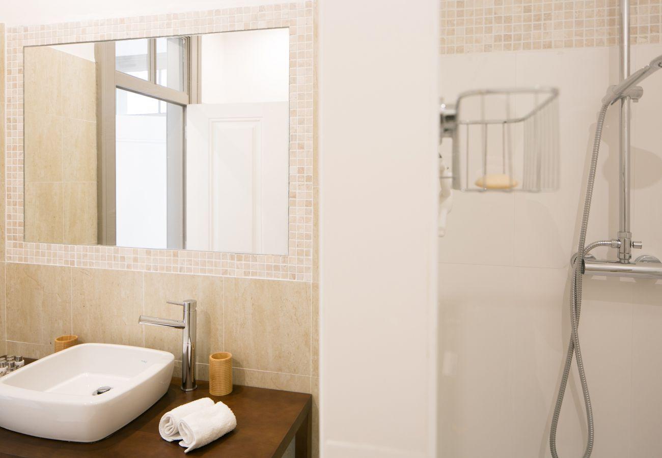 Salle de bain tout équipée dans un appartement à louer à Lisbonne
