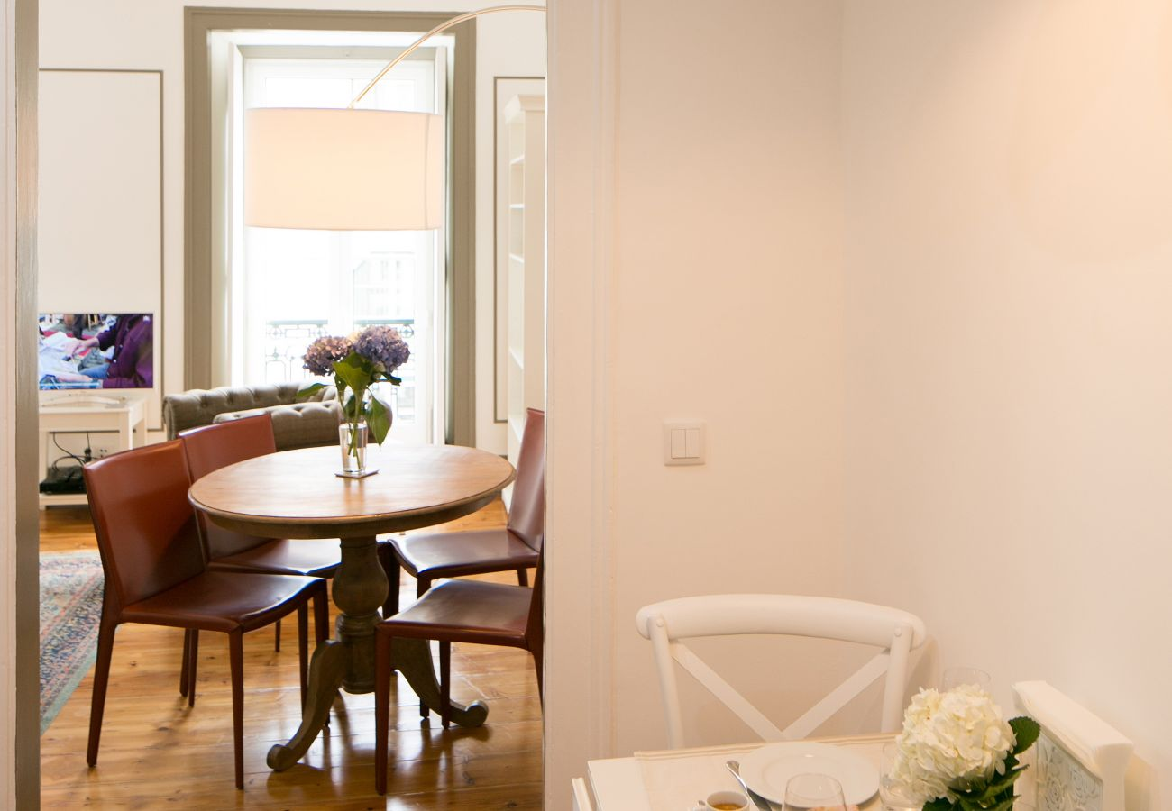 Cuisine donnant sur la salle à manger et une salle de séjour grande et lumineuse