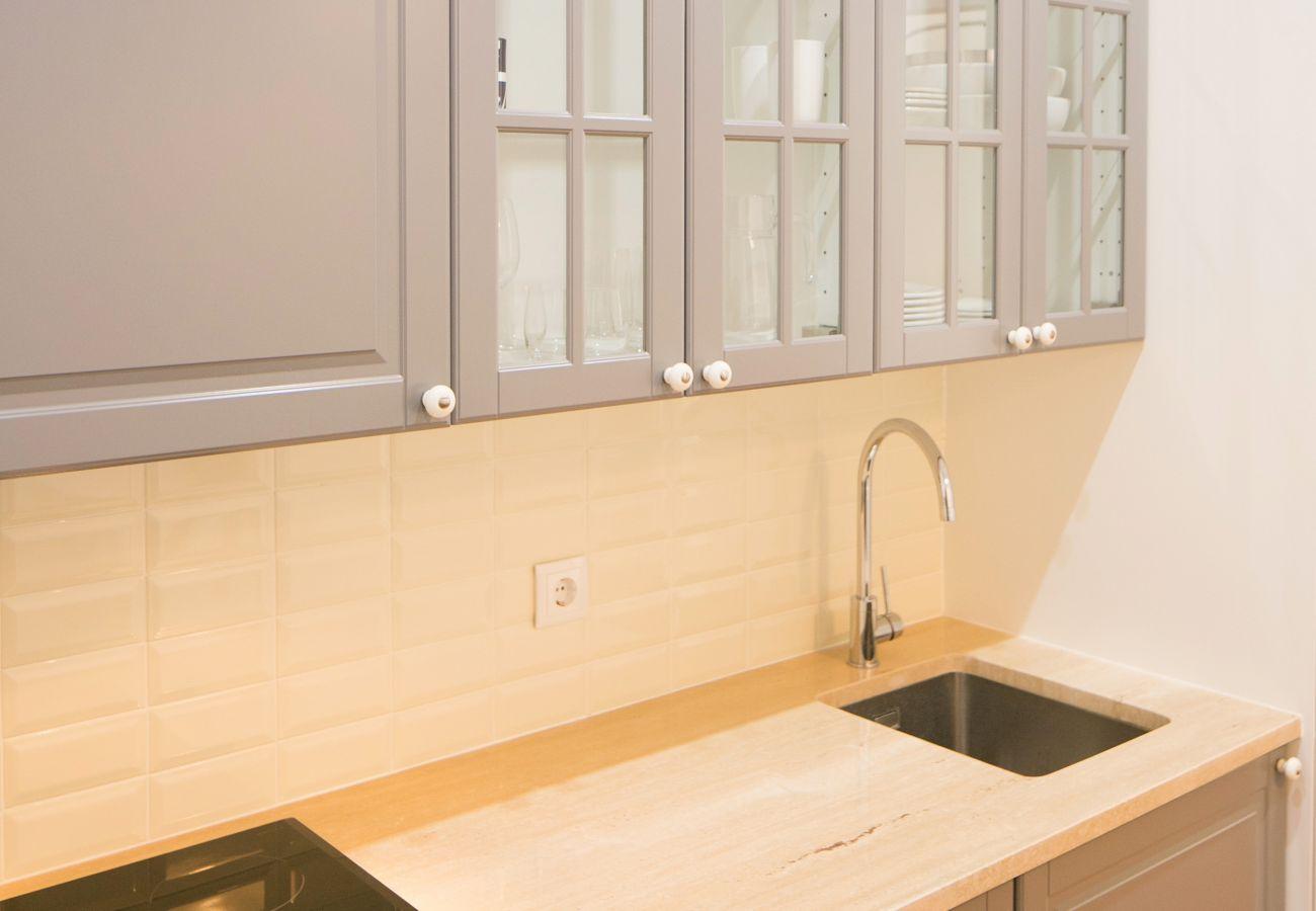 Cuisine avec évier placard et plaque vitrocéramique en location