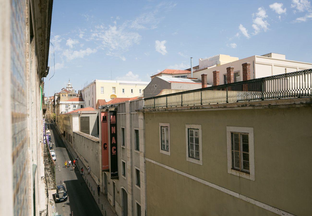 Vue de la fenêtre du salon sur le quartier du Chiado pour vos futures vacances