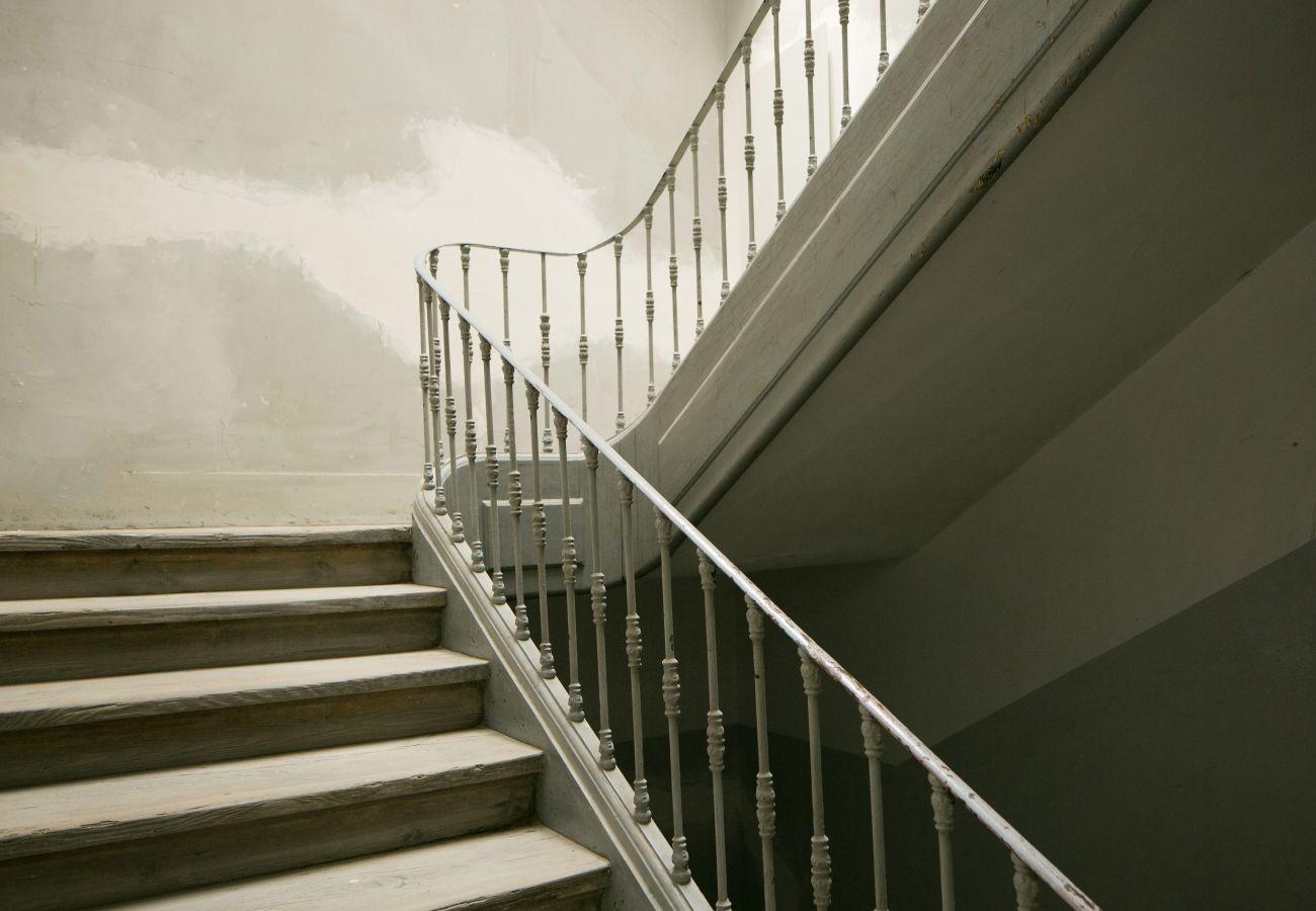 Grande cage escalier typique et prestigieuse au coeur du Chiado à Lisbonne