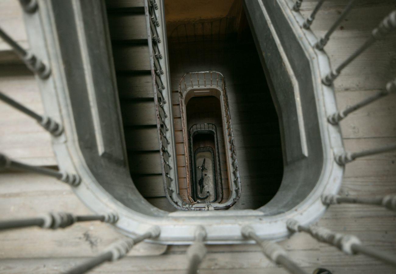 Magnifique escalier authentique et spacieux pour accéder à l'appartement