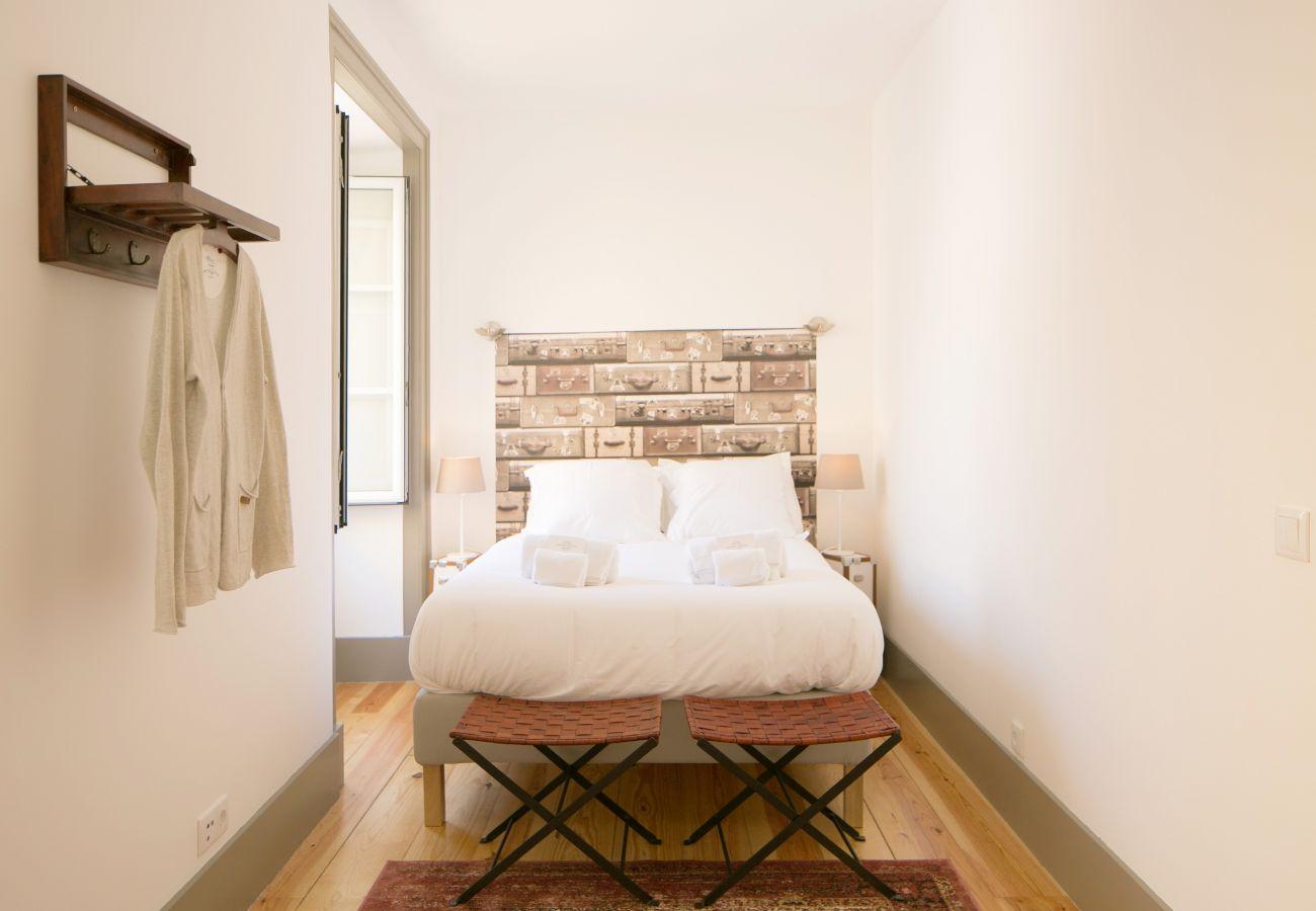 Chambre pour deux adultes avec lit double et grande fenêtre