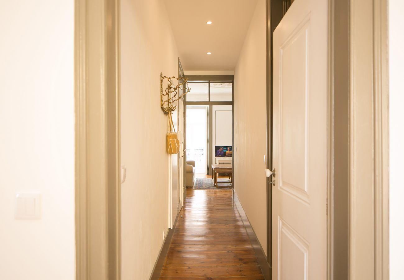 Long couloir donnant sur la cuisine, le salon, la chambre et la salle de bain