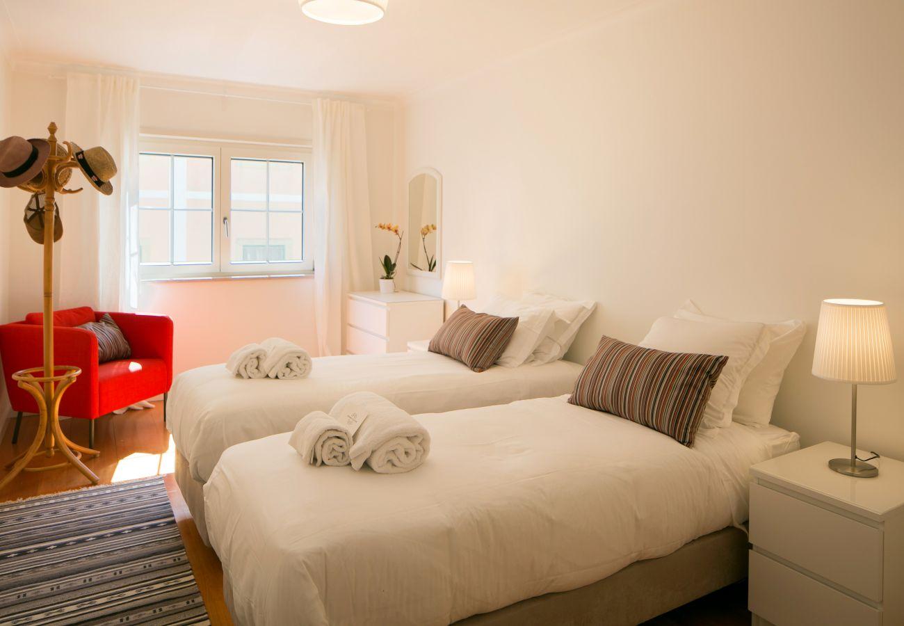 Grande chambre pour 2 personnes avec 2 lits simple idéal pour des enfants