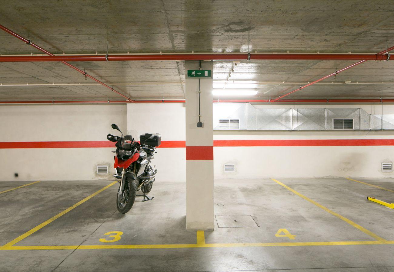 Garage sous l'immeuble en location avec place de parking avec appartement