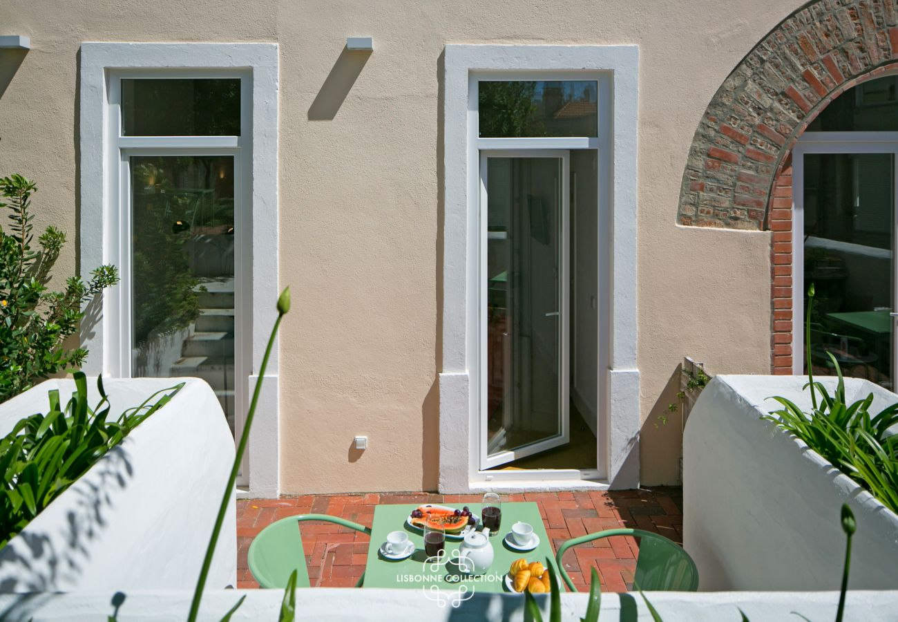 Accès terrasse et jardin d'un appartement à la décoration contemporaine