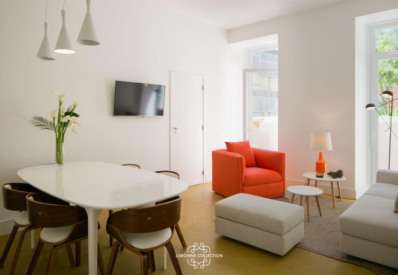 Grand salon coloré et prestigieux parfaitement meublé dans le quartier de Graça