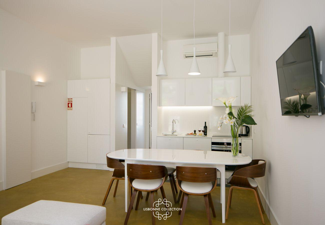 Salle à manger et cuisine donnant sur le couloir et la salle de bain
