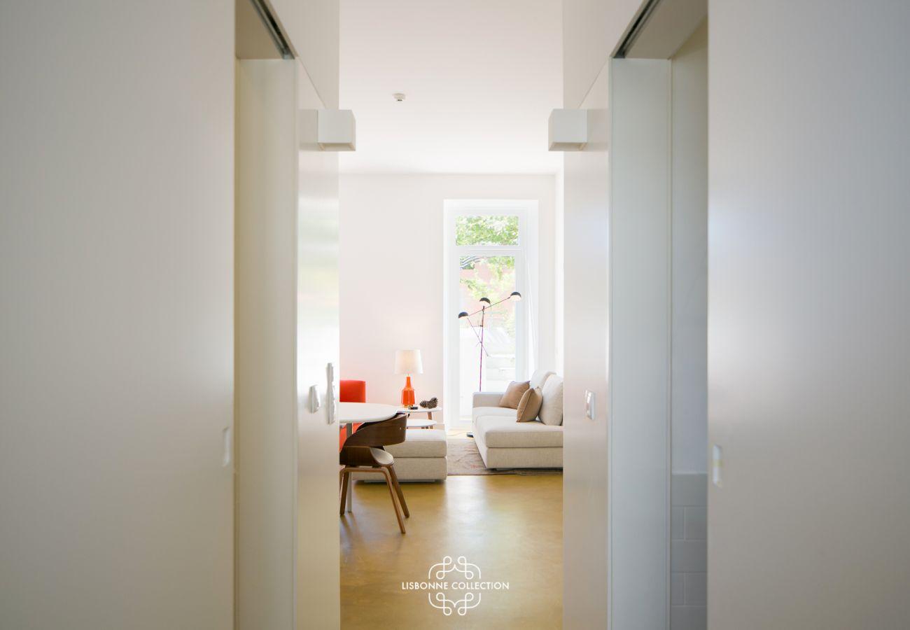 Couloir donnant sur un salon avec terrasse en arrière plan