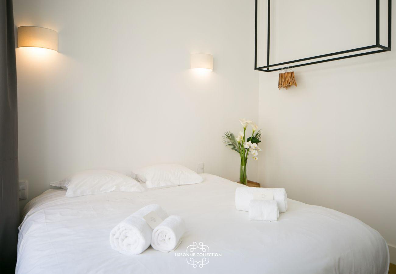 Chambre pour deux personnes aux couleurs vives et accueillantes