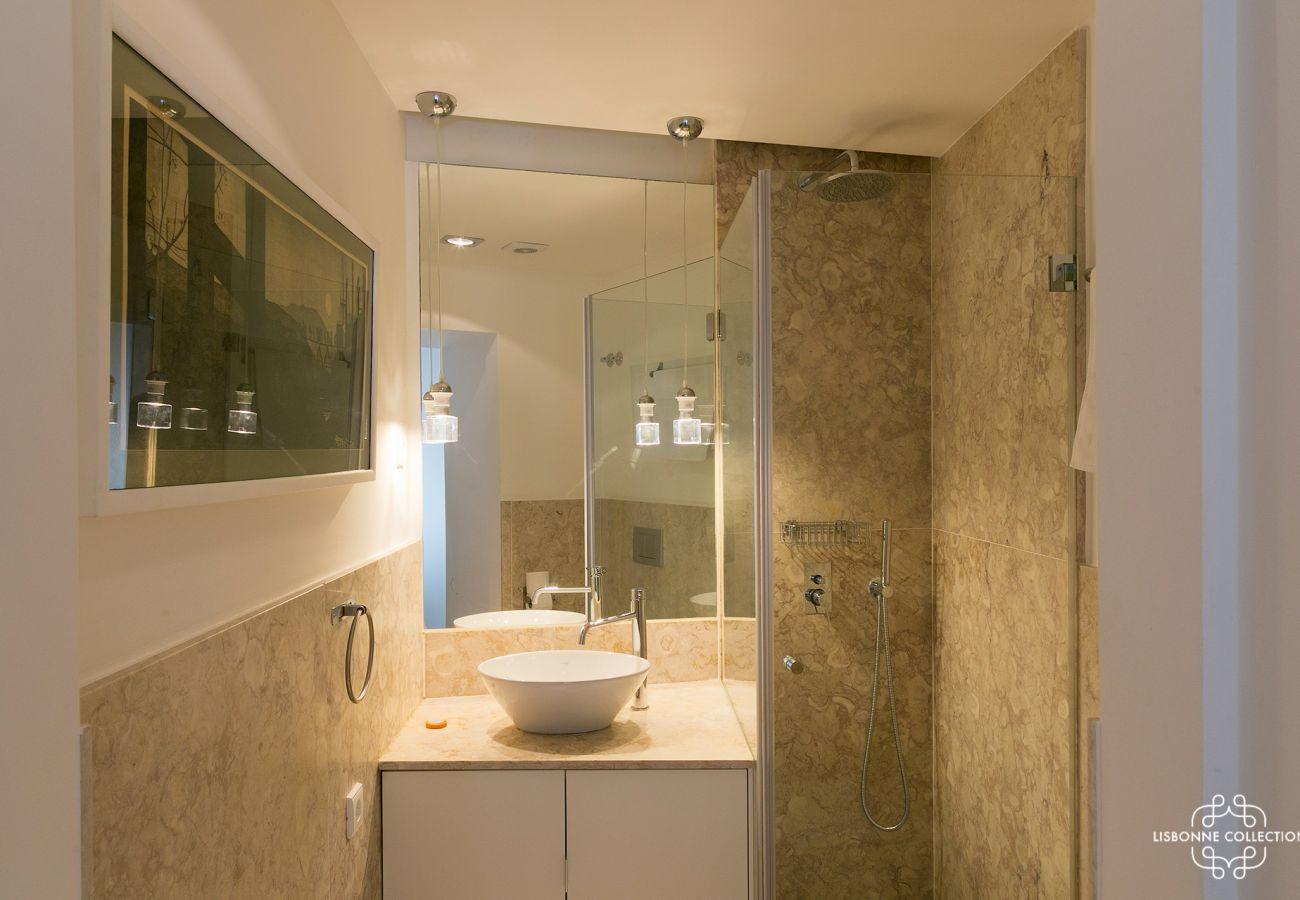 Longue salle de bain en marbre à louer au centre de Lisbonne