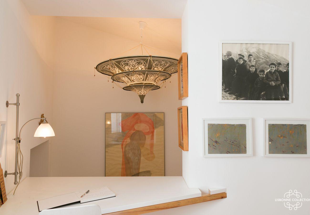 Chambre à la décoration contemporaine avec une touche de rustique