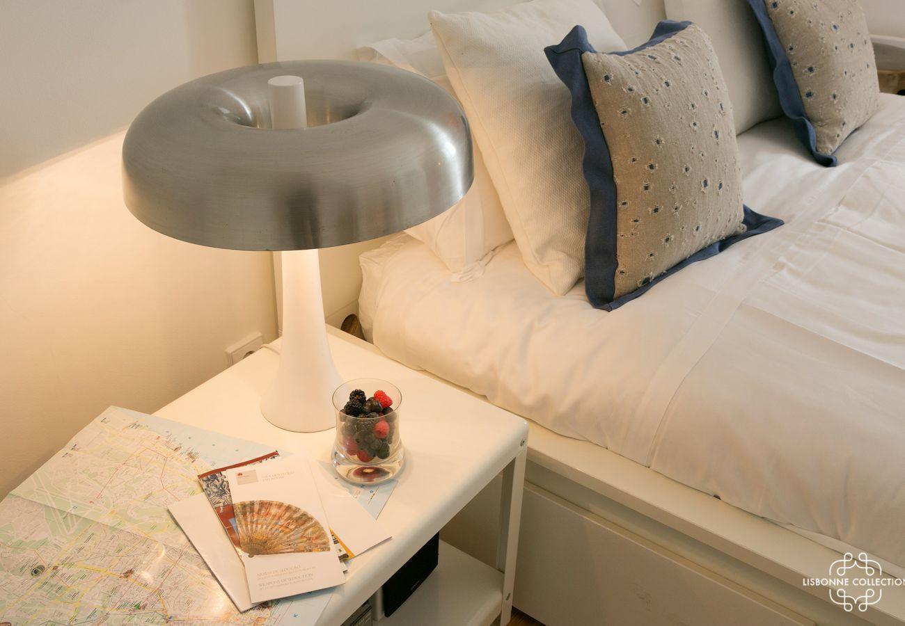 Lampe de chevet blanche design sur table de nuit dans la chambre