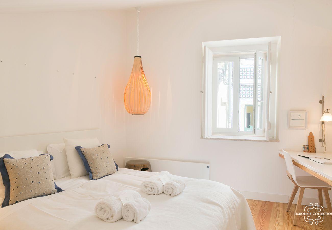 Gigantesque chambre lumineuse avec bureau lit et fenêtre