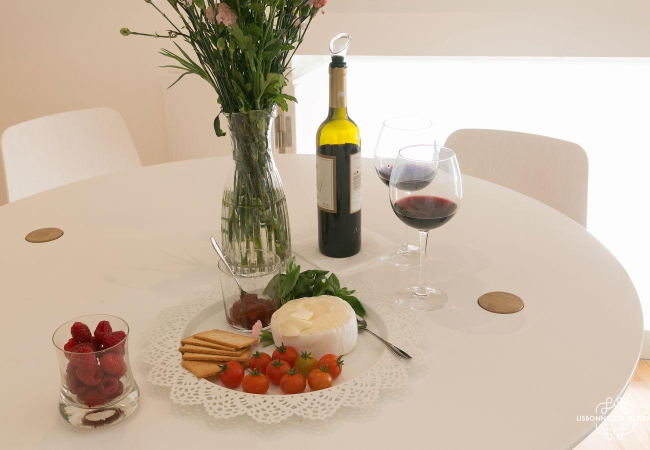 Table prête à l'emploi avec bouteille de vin et dessert